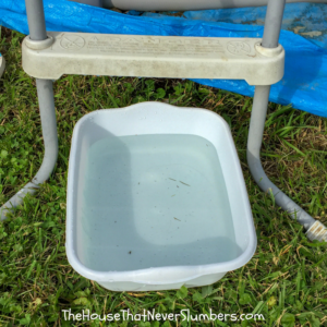 Cheap and Easy Dollar Store Pool Hacks - dishpan foot bath #swimmingpool #poolhack #pooltime #poolcare